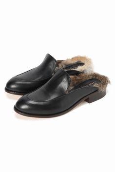 PELLICO SUNNY ファー付スリッパ  PELLICO SUNNY ファー付スリッパ 34560 2016AW FIGARO Paris トレンドのスリッパサンダル ラフな印象になりがちなデザインもブランドらしい上質な素材感でキレイめスタイルにもマッチします トレンドのファーをあしらい履いたときにちらりとみえる毛並みが秋冬のスタイルに最適 コーディネイトに程よい抜け感を与えてくれるアイテムです PELLICO SUNNY(ペリーコサニー) 2010年春夏シーズンよりPELLICOのディフージョンラインとして誕生 そこには常にPELLICOのエレガントなエッセンスをベースにPELLICO SUNNYならではの遊びのあるモダンシックを兼ね備えています