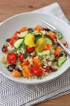 Think Greek Quinoa Salad ~ unbelievably delicious and healthy! Greek Quinoa Salad, Healthy Recipes For Weight Loss, Healthy Salads, Eating Healthy, Healthy Life, Healthy Eats, Healthy Living, Soup And Salad, Pasta Salad