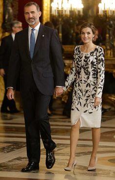 Reyes Felipe y Letizia 12.10.2016. la reina lucia un abrigo-vestido de Felipe Varela en tweed blanco roto, bordado a mano en cristal y georgette negro.
