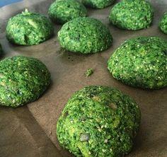 Grønne grøntsagsboller: - 1 blomkål - 1 bakke spinat - 6 æg - 200g affedtet mandelmel - 2 spsk fiberhusk - lidt salt BLEND - 1 dl sesamkerner - 1 dl græskarkerner bag 30-40 min på 160 (tjek efter 25min)