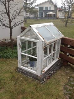 pienikin on kaunista Diy Mini Greenhouse, Diy Greenhouse Plans, Homemade Greenhouse, Old Window Greenhouse, Cottage Garden Sheds, Cottage Garden Design, Veg Garden, Pallet Patio, Old Windows