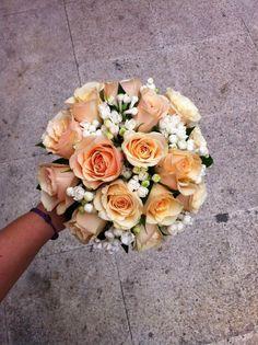 Bouquet de rosas y Bouvardia. Descubre en este post nuestras propuestas de ramos de novia para vestidos de las colecciones 2013 #ramosdenovia #bodas