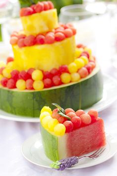 this sweet melon 'cake' will be the hit of your next bbq or picnic Very cute idea for my tea party coming up soon! Fruits Decoration, Patisserie Vegan, Watermelon Cake, Healthy Cake, Stay Healthy, Snacks Für Party, Savoury Cake, Fruit Recipes, Creative Food