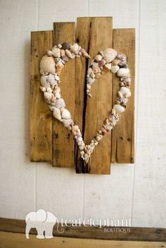35 Entzückende DIY-Shell-Projekte für Strand inspiriertes Dekor 35 Beautiful DIY Shell Projects for Beach Inspired Decor Get more photo about subject related with by looking at photos gallery at the bottom of this… Continue Reading → - Arte Pallet, Pallet Art, Pallet Ideas, Painted Pallet Signs, Reclaimed Wood Signs, Barn Wood Signs, Beach Crafts, Diy And Crafts, Arts And Crafts