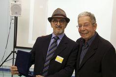 Dr. Colemar Antônio da Cruz recebe a placa de homenagem das mãos do Dr. Oscar Moren.