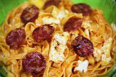 Massa de Pimentão com Chouriço e Ovos Estrelados, simples e delicioso! http://grafe-e-faca.com/pt/receitas/massas-arrozes-pizzas/massas/massa-de-pimentao/