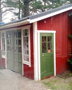 Nauvon vanhojen talojen pihapiirejä on jatkettu uudisrakennuksilla joissa yritykset palvelevat kesäsesonkina matkailijoita. Ravintola Niskan naapuriin on tehty vanhoja rakennusosia käyttäen kevyt piharakennus käsityöyrittäjän käyttöön. Sopivilla mittasuhteilla värityksellä ja herkkyyttä tuovilla vanhoilla ovilla ja ikkunoilla mökki on saatu istutettua hienosti ympäristöönsä. Kuva on otettu sateisena päivänä ja tietysti ravintolasta käsin suu täynnä peltileipää. #vanhatikkunat…