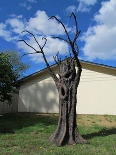 How to make haunted forrest trees for halloween props:spooky tree! Spooky Ideas for Outdoor Halloween Decoration. Boo Halloween, Halloween Outside, Outdoor Halloween, Holidays Halloween, Halloween Scene, Halloween Mural, Gothic Halloween, Spirit Halloween, Vintage Halloween