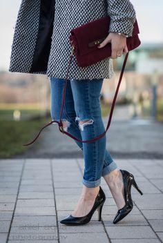 Oldie but goldie : Distressed Jeans und schwarze Pumps treffen gemusterten Mantel