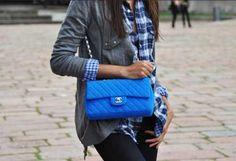 Bolso azul + cardigan gris+ camisa azul (cuadros)