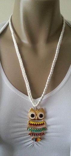 Gekleurde uiltjes ketting,  Gevlochten suède ketting met metalen uil met rhinestone (34 x 62 x 5 mm). Er zit een verlengketting aan zodat hij afgesteld kan worden op de gewenste lengte.