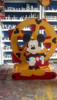 Centros De Mesa Ruedas De La Fortuna - $ 180.00 en MercadoLibre Mickey Mouse Y Amigos, Mickey And Minnie Cake, Fiesta Mickey Mouse, Mickey Party, Mickey Mouse And Friends, Minnie Mouse Party, Mickey Minnie Mouse, Disney Mickey, Mickey Mouse Birthday Theme