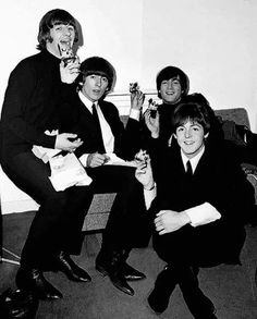 Image discovered by Sony Domm. Find images and videos about band, the beatles and john lennon on We Heart It - the app to get lost in what you love. Les Beatles, John Lennon Beatles, Beatles Meme, Rock N Roll, Richard Starkey, We Heart It, Beatles Photos, School Of Rock, The Fab Four
