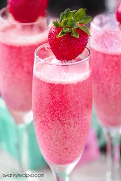 Strawberry Mimosa - Classic champagne mixed with strawberries and cream. This fruity champagne cocktail is the perfect party starter for holidays, weddings, showers, and parties. Strawberry Mimosa I… Limoncello Cocktails, Cocktails Vodka, Champagne Margaritas, Best Champagne, Spring Cocktails, Cocktail Drinks, Alcoholic Drinks, Cocktail Recipes, Champagne Brunch