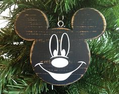Mickey mouse christmas - New Ideas Disney Christmas Crafts, Disney Diy Crafts, Disney Christmas Decorations, Christmas Projects, Christmas Themes, Holiday Crafts, Mickey Mouse Ornaments, Mickey Mouse Christmas, Disney Ornaments