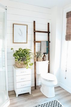 Super easy bathroom storage ladder, this is perfect for filling that empty space. Super easy bathroom storage ladder, this is perfect for filling that empty space over the toilet! Bathroom Storage Ladder, Bathroom Organisation, Bedroom Storage, Toilette Design, Modern Farmhouse Interiors, Rustic Farmhouse, Farmhouse Style, Wardrobe Cabinets, Rustic Room