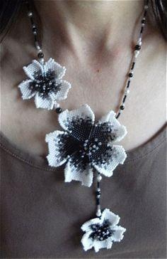 Fleurs et netting ... Ce premier collier tout de fleurs vêtu, est assez simple…