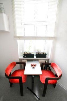 Kleine Essgelegenhet in der Küche mit gemütlichen roten Seesln und einem kleinen Tisch. #Berlin #Küche