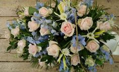 Rouwarrangement druppel roze blauw