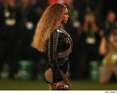 Beyonce performs onstage during the Pepsi Super Bowl 50 Halftime Show at Levi's Stadium on February 2016 in Santa Clara, California. Get premium, high resolution news photos at Getty Images Drag Queens, Dance Music, Beyonce World Tour, Halftime Show, Black Roots, Harper's Bazaar, Let It Flow, Star Wars, Interview