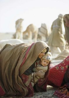 Afghanistan, 1968 peopl, mother, woman lift, national geographic, young children, afghanistan, 1968, afghan woman, kuchi woman