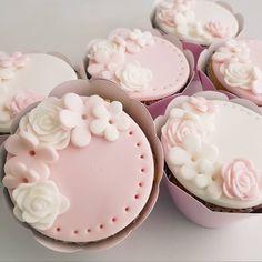 115 vind-ik-leuks, 3 opmerkingen - Maçã do Amor 🍎🍏 (@macadoamorecia) op Instagram: 'PRIMEIRO ANINHO DA MADALENA! #docesdecorados #docespersonalizados #doces #sweet #macadoamorecia…' Baby Shower Cupcakes, Desserts, Instagram, Food, Personalised Sweets, Tailgate Desserts, Deserts, Essen, Postres