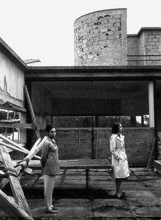 Lorsque le couple Savoye choisit Le Corbusier pour lui concevoir une maison de campagne, il est loin d'imaginer l'incroyable destin de sa future demeure.A