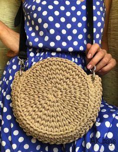 Essa bolsa redonda em fio de malha vai fazer muito sucesso assim como o fio de malha faz muito sucesso com essas estilosas bolsas. Crochet Tote, Crochet Handbags, Love Crochet, Crochet Doilies, Single Crochet, Stitch Design, Crochet Designs, Straw Bag, Diy And Crafts