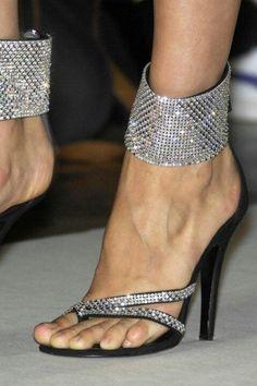 Zapatos con pulsera y mucho brillo. Bling Heels, Shoes Heels, Stiletto Heels, High Heels, Unique Shoes, Fashion Studio, Looking For Women, Balmain, Shoe Boutique