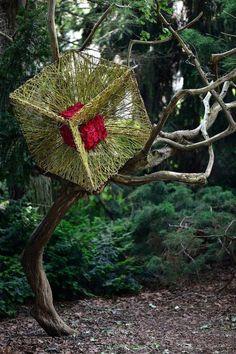 Genialer Blumenwürfel im Baum