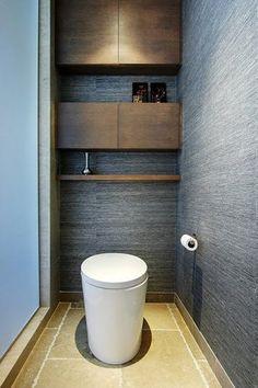 WC séparés de la salle de bain par une cloison de verre sablé