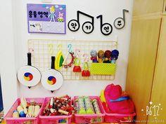 키드키즈 > 도란도란 > 사진갤러리 Classroom Layout, Kindergarten Art, Kids Events, Kids Education, Preschool Activities, Montessori, Diy And Crafts, Kids Rugs, Toys