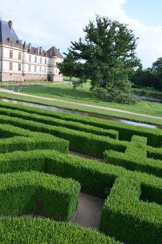 JARDINS Les jardins du Château de Cormatin accompagnant ce château XVIIe ont été repensés au XXe siècle par Marc Simonet-Lenglard comme un parcours symbolique. A découvrir à Cormatin en dégustant un sorbet maison dans le charmant potager . 71460 Cormatin
