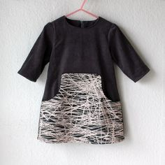 Lidt flere Louisa kjoler. Og det virker ikke efter hensigten at sy den i en str. 2 - min mand hopper ikke på den!!! Så, den fine grå kjole med rosa/grå lomme i str. 2 er til salg for DKK 250 + porto L