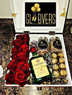 Estuche elegante rosas whisky y chocolate Bf Gifts, Diy Gifts For Him, Presents For Him, Gifts For Your Boyfriend, Love Gifts, Alcohol Gift Baskets, Alcohol Gifts, Diy Birthday, Birthday Gifts