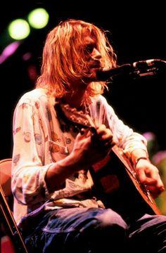 Kurt singing during Nirvana's acoustic set, during In Utero's tour