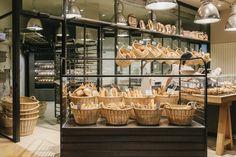 ¡Recién hecho! Nueva panadería Turris en l'Illa Diagonal proyecto de Tarruella Trenchs Studio. Un obrador con punto de venta y no una tienda con obrador, de aspecto industrial que se inspira en los antiguos obradores, potenciando la tradición y el respeto por el oficio. Fotógrafo: Salva Lopez #retail