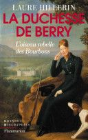 Tempêtes, révolutions, assassinat, enfant posthume, exil, conspirations, chevauchées nocturnes, trahison, geôle, amours interdites, mariage secret, fêtes vénitiennes... L'existence de Marie-Caroline de Bourbon-Sicile, duchesse de Berry (1798-1870) réunit tous les ingrédients d'un drame romantique digne d'Alexandre Dumas – dont elle fut à deux reprises l'inspiratrice. Cette Bourbon pas comme les autres fut l'une des figures les plus célèbres du XIXe siècle, par son audace...