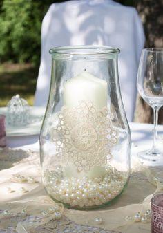 Ein Einweckglas mit Perlen gefüllt ist der perfekte Windschutz für eine große Stumpenkerze - meine-hochzeistdeko.de