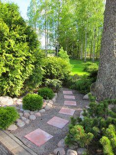 Puutarhan Lumo: Polut ja käytävät puutarhassa. Garden Trellis, Garden Pool, Shade Garden, Garden Paths, Landscape Design, Garden Design, Garden Stepping Stones, Front Yard Landscaping, Garden Planning