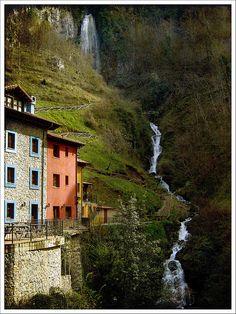 Cascada de Ribota En la carretera de Cangas de Onis, al puerto del Pontón,hacia Castilla. Asturias, Spain