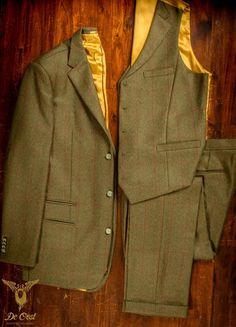Handmade Three piece Tweed suit ideal for country sports, hunting, equestrian and other outdoor activities.  Made from 100% Worsted Wool, this is a traditional worsted country suiting.  Drie delig Tweed pak op maat ideaal voor jacht, ruitersport en andere outdoor activiteiten.  Gemaakt van 100% worsted wol, voor warmte bescherming en camouflage. Jas en vest hebben een goud gele voering en hoorn knopen. #Bespoke #Tailoring #Kleermaker in #Amsterdam