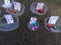 Rekenen met pasen: eieren zoeken, tellen en classificeren op kleur. Getalbeelden oefenen.
