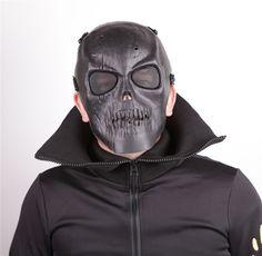 Masque rigide de protection en matière plastique, en forme de crâne de couleur gris. Utilisés pour air soft, les parties de paintball et pour pleins d'autres activités.. Les sangles sont très élastiques et réglables, permettant une bonne adaptation au visage. Les yeux sont bien protégés par des grilles dans les orifices du masque.