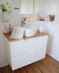 Vor wenigen Wochen wurde unser Badezimmer teilweise renoviert. Heute zeige ich Euch einen kleinen Auszug vom Bad. TADA... ein neues Waschbecken & ein neuer Fußboden ;-)