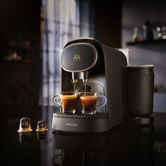 """Doppelter Espresso oder zwei Espressi gleichzeitig: Kaffeegenuss mit der Kaffeekapselmaschine """"L'Or Barista"""" von Philips (LM8018/90). Nespresso, Barista, Latte, Coffee Maker, Kitchen Appliances, Products, Coffee Percolator, Mugs, Black"""