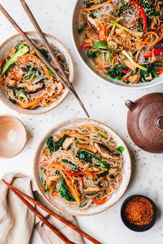 Veganes Japchae –koreanischer Glasnudelsalat · Eat this! Foodblog Japchae, Korean Sweet Potato Noodles, Easy Asian Recipes, Ethnic Recipes, Cellophane Noodles, Marinated Beef, Eat This, Exotic Food, Veggie Recipes