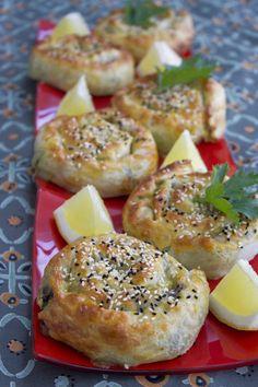 Börek med fetaost och spenat - Zeinas Kitchen Zeina, Middle Eastern Recipes, Bon Appetit, Bagel, Camembert Cheese, Buffet, Pizza, Food And Drink, Dairy