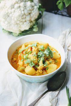 Curry z pieczonego kalafiora z ziemniakami i ciecierzycą