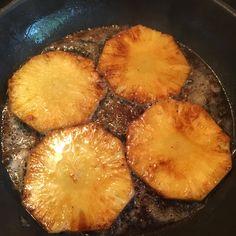 Zutaten für 1 Portion: 2 Scheiben Brot (z.B. unser Bauernbrot) ca. 90g Räuchertofu 2 Scheiben frische Ananas Olivenöl und Kokosöl zum Anbraten 1 EL Sojasauce 1 TL Mandelmus 1-2 EL Agavendicksaft ei…